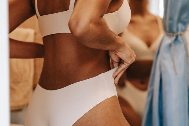 žena ve spodním prádle