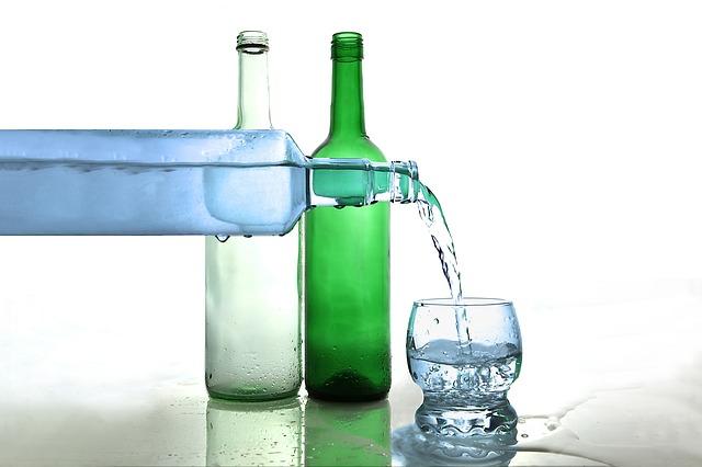 voda ve skleněných lahvích
