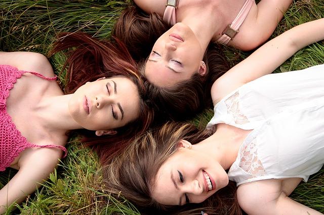 brunety v trávě