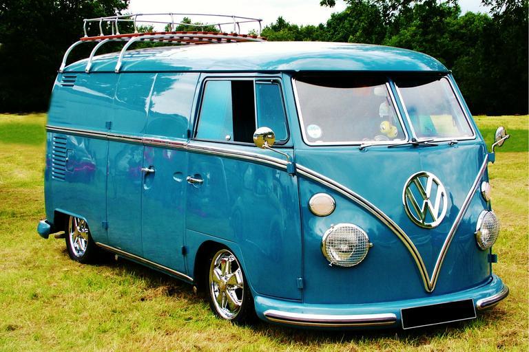 modrý starý vůz na trávě