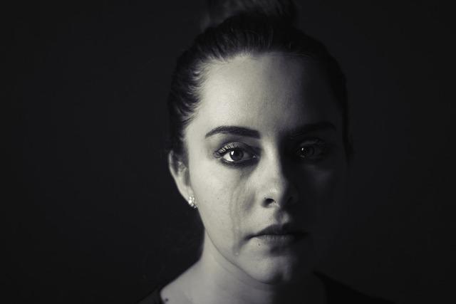 Plačící nalíčená žena.