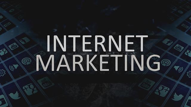 """nápis """"internetový marketing"""" na černém pozadí"""