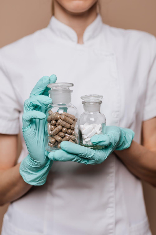 lékař s tabletami